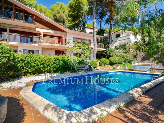 Designed house for sale in Castelldefels surrounded by nature and sea views in Castelldefels
